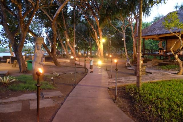 malamnya makan di Bebek Bengil, tempatnya bagus dan bebeknya enakkk bangett, gurih dan empuk dan gak kering
